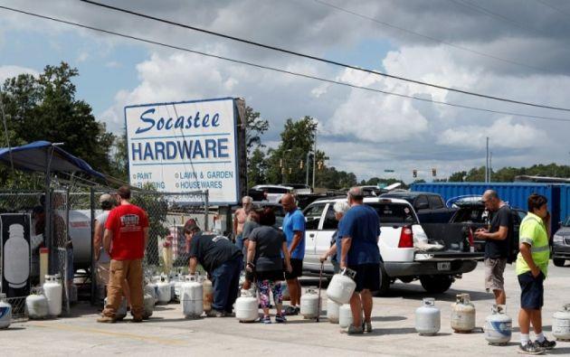 Los residentes se disponían a comprar provisiones antes de que comience el éxodo masivo. Foto: AFP