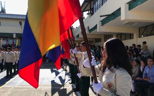 Los mejores estudiantes son los designados a llevar la bandera frente a sus pechos. Foto: @Educacion_Ec