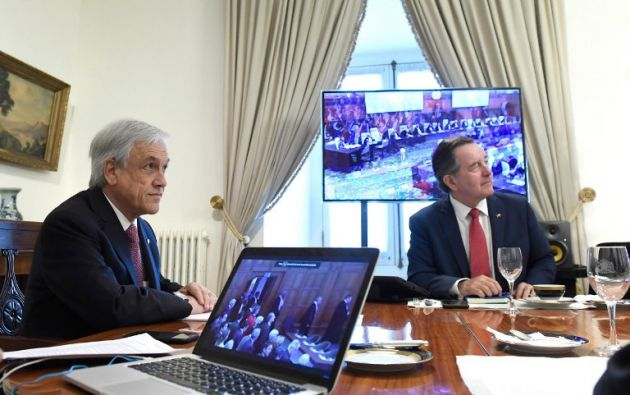 El presidente chileno, Sebastián Piñera, y el ministro de Relaciones Exteriores de Chile, Roberto Ampuero, mientras observan a la Corte. Foto: AFP