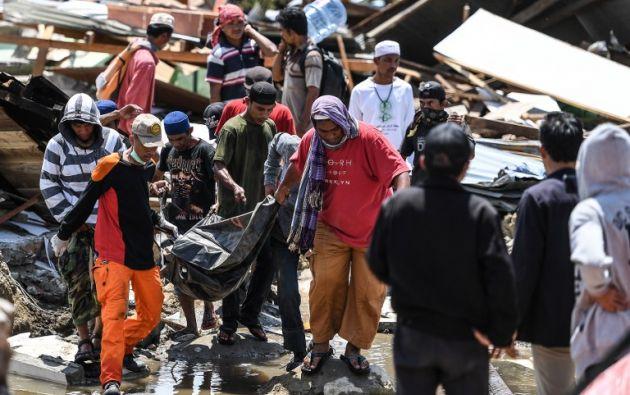 Los socorristas no tienen maquinaria suficiente y su labor se complica por las carreteras cortadas y los daños en las infraestructuras. Foto: AFP