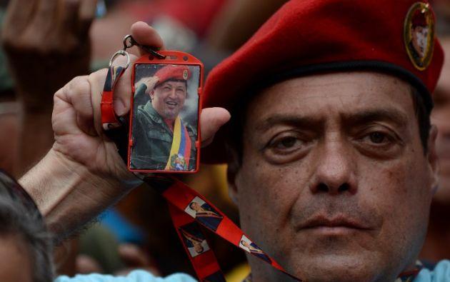 Chávez, un militar que dio un fallido golpe de Estado en 1992, llega al poder con una personalidad carismática y un discurso redentor. Foto: AFP