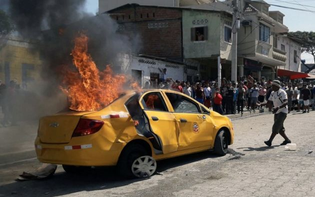Los presuntos delincuentes se movilizaban en el taxi incendiado. Foto: AFP