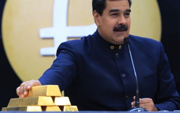 Presidente de Venezuela, Nicolás Maduro, junto a lingotes de oro. Foto: AFP