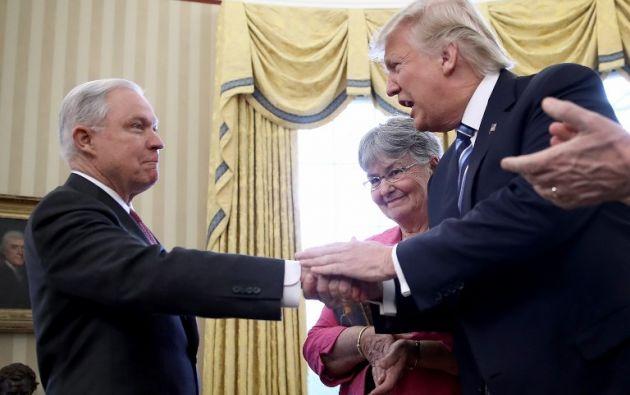 Trump lo recompensó una vez que llegó al gobierno designándolo fiscal general. Foto: AFP