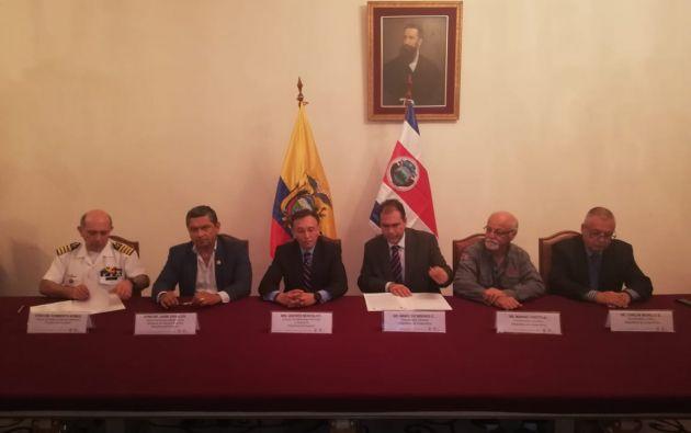 En abril de 2014, San José y Quito suscribieron un convenio que establece los límites marítimos a partir de las Galápagos. Foto: Twitter Ministerio de Defensa.