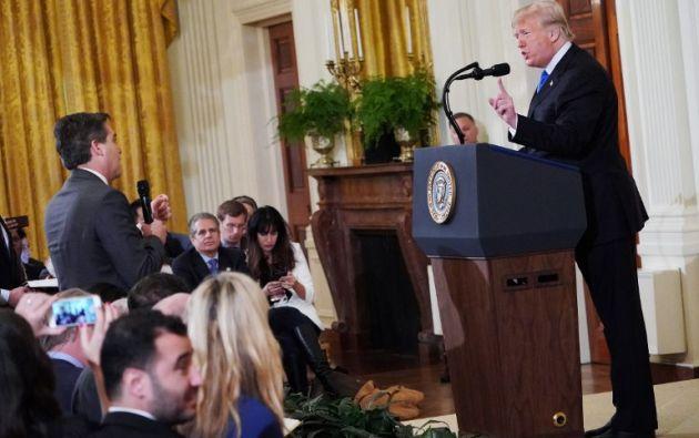 CNN demandó a Trump y a otros cinco funcionarios por suspender la acreditación de Acosta, su corresponsal jefe en la Casa Blanca. Foto: AFP