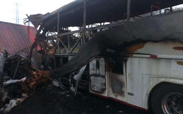 El bus de transporte interprovincial se incendió luego de accidentarse con un tráiler y un camión. Foto: CTE
