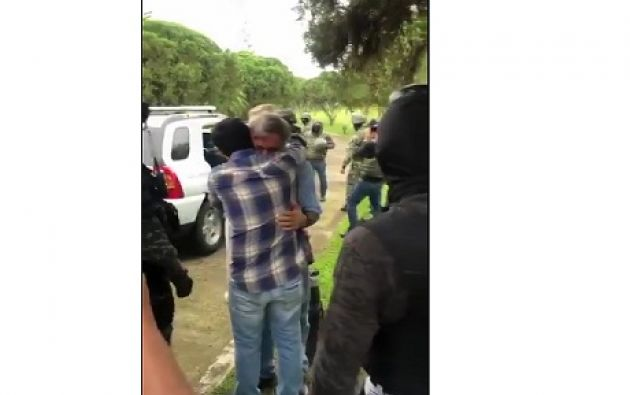 El momento en el que elementos de la Policía Nacional detienen a Arteaga   Foto: captura de video