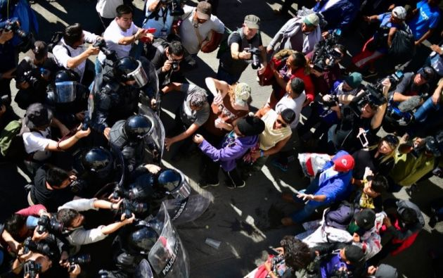 Migrantes intentan saltar la valla de México a EEUU. Foto: AFP