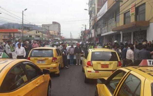 El gremio de taxis de Quito ya efectuó ayer una paralización parcial y momentánea, que generó fuertes congestiones de vehículos. Foto: Twitter