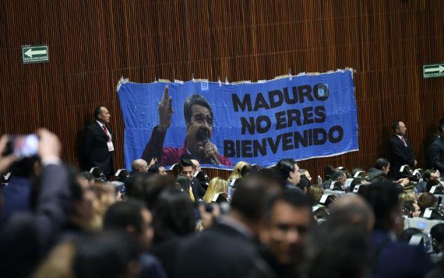 """""""Maduro no eres bienvenido"""", decía una enorme manta con la imagen del venezolano. Foto: AFP"""