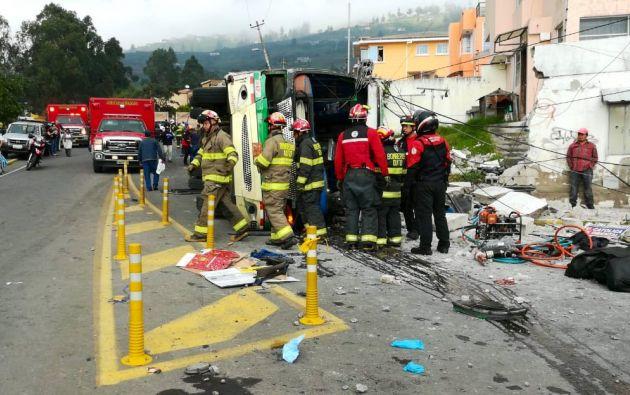 El autobús se volcó en la vía Princesa Toa, sector Conocoto, con aproximadamente 50 pasajeros. Foto: Twitter @BomberosQuito