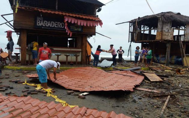 Reportaron afectaciones en viviendas y negocios por el fuerte oleaje de la madrugada de este sábado. Foto: Twitter