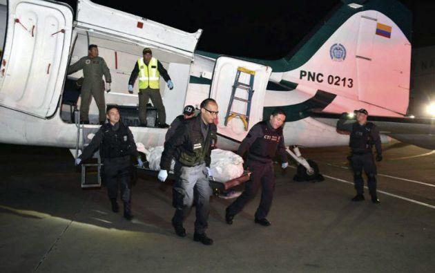 BOGOTÁ, Colombia.- Personal forense traslada uno de los cuerpos abatidos en el operativo contra 'Guacho'. Foto: AFP