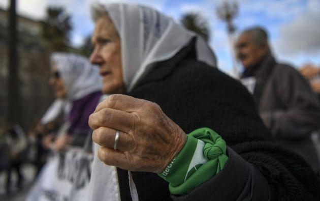 El pañuelo verde se ha vuelto un ícono presente a favor del aborto en Argentina. Foto: AFP
