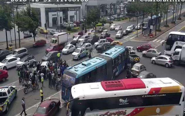 """Guayaquil, Ecuador.- Autoridades informaron que se trataba """"de un estrellamiento de un bus articulado de transporte urbano contra un auto que se encontraba detenido"""". Foto: ECU 911."""