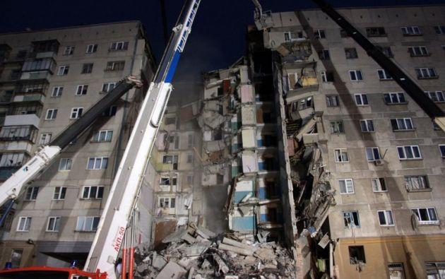 MAGNITOGORSK, Rusia.- Explosión en restaurante dejó a cientos de personas sin hogar a temperaturas bajo cero en la víspera de Año Nuevo. Foto: AFP.