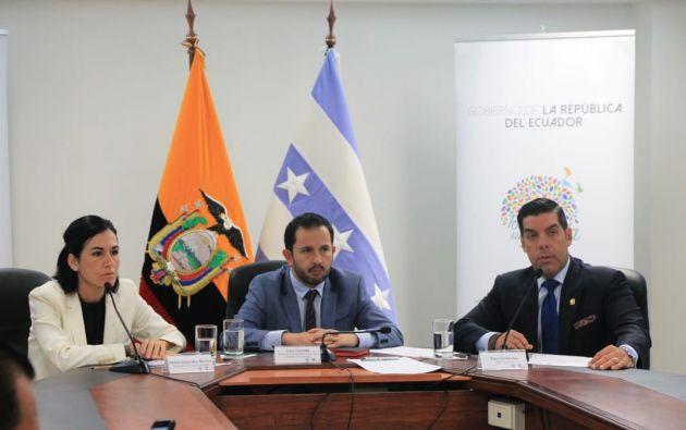 El ministro Ledesma explicó que la fábrica fue clausurada por precarización laboral. Foto: @MinTrabajoEc