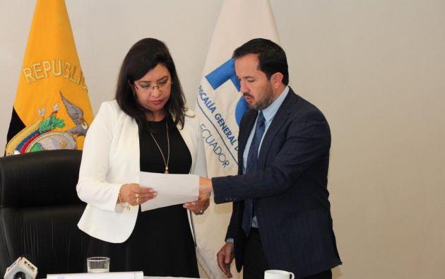 Granda entregó el documento emitido por Topic a la fiscal Palacios. Foto: Twitter Fiscalía