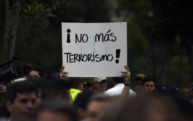 """Un manifestante sostiene un cartel que dice """"No más terrorismo"""" mientras participa en una marcha contra el terrorismo, en repudio al atentado que dejó 20 muertos. Foto: AFP"""