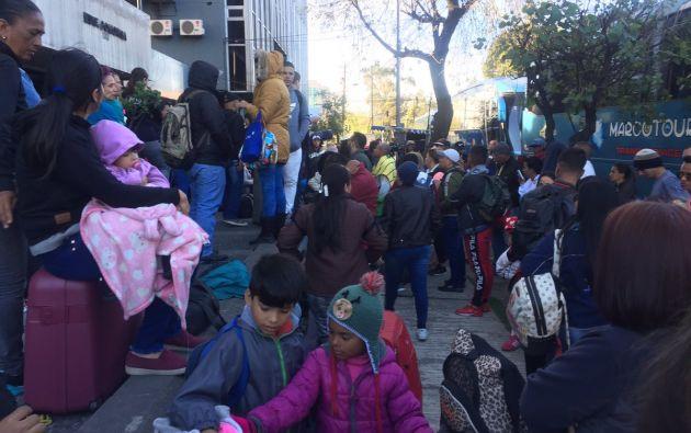 Desde primeras horas de hoy a las puertas de la Embajada se apostaron decenas de venezolanos para pesar sus maletas. Foto: Twitter @UNoticias