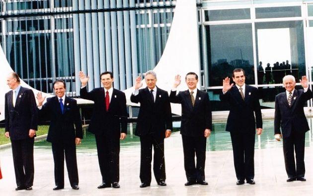 La firma en Brasilia: El rey Juan Carlos de España junto a los presidentes: Carlos Menem de Argentina, Jamil Mahuad de Ecuador, Fernando Henrique Cardoso de Brasil , Alberto Fujimori de Perú, Eduardo Frei de Chile  y Hugo Banzer de Bolivia.