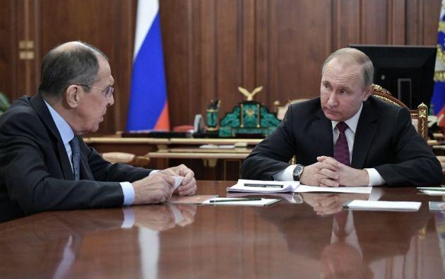El presidente de Rusia, Vladimir Putin, en reunión con el ministro de Relaciones Exteriores de Rusia, Sergei Lavrov. Foto: AFP