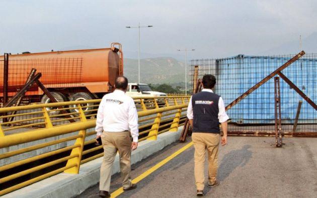 La cisterna de una gandola de transporte de combustible y un gigantesco contenedor de carga fueron cruzados en la vía. Foto: AFP