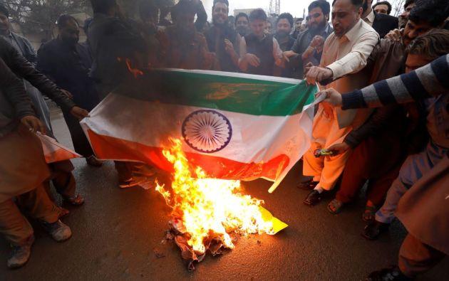 Musulmanes en territorio pakistaní queman la bandera de India a causa del bombardeo. Foto. Reuters.