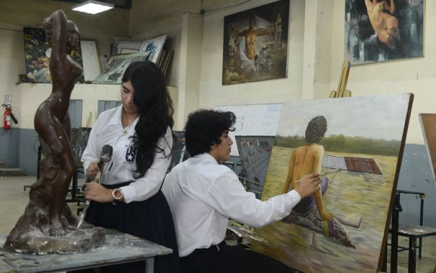 Los estudiantes del Colegio Fiscal de Bellas Artes ofrece el bachillerato complementario en Artes Plásticas con las especializaciones de Pintura, Escultura y Artes Gráficas.