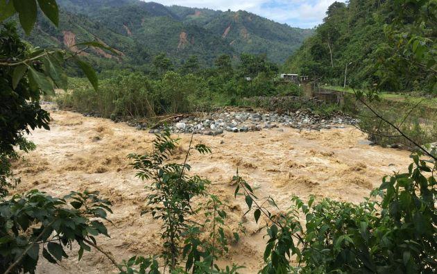 El río San Pablo se encontraría en el umbral de peligro, esto es, un paso por encima de la advertencia, y sus niveles se espera que sigan creciendo. Foto: Twitter @Cedhu.
