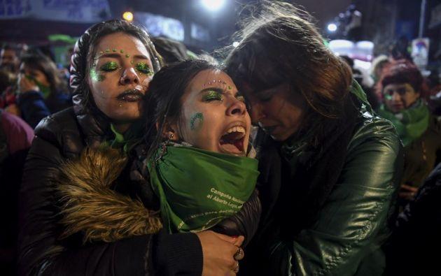 Activistas a favor de la legalización del aborto en Argentina, después de que los senadores rechazaron el proyecto de ley para legalizar el aborto. Foto: AFP