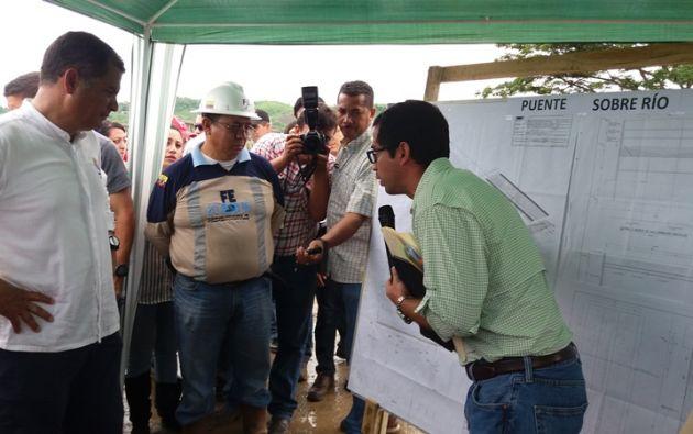 El exsecretario de la Reconstrucción Carlos Bernal, explica a Correa el trabajo realizado en el puente de Jama. Foto: Ministerio de Transporte y Obras Públicas