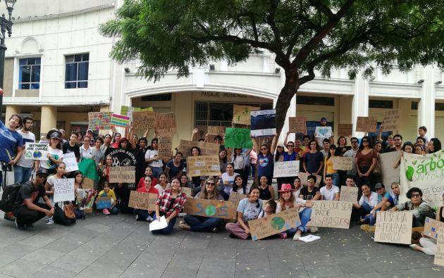 Más de un centenar de jóvenes se plantaron a las afueras del Municipio de Guayaquil, como respuesta a la convocatoria en redes sociales lanzada por la estudiante Melany Tumbaco.