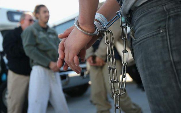 El Tribunal Supremo de EE.UU. autorizó este martes a las autoridades federales detener a inmigrantes con antecedentes penales en cualquier momento y que los retengan indefinidamente hasta su deportación. Foto: AFP.