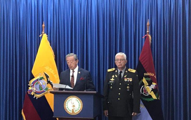 En rueda de prensa, el ministro de Defensa, Oswaldo Jarrín,  manifestó ayer su solidaridad con la familia del fallecido, pero recalcó que existió irrespeto hacia la autoridad. Foto: Min. de Defensa.