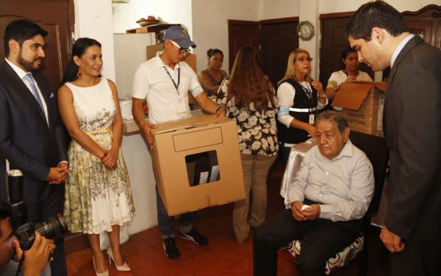Sonnenholzner inauguró en Guayaquil el proceso electoral del voto en casa. Foto: Twitter CNE