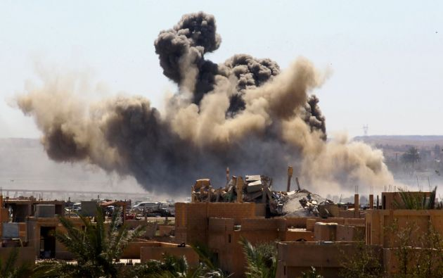 El humo se eleva desde el último barrio asediado en el pueblo de Baghouz, provincia de Deir Al Zor en Siria. Foto de archivo de Reuters.