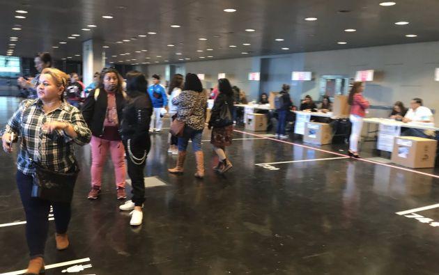 Cerca 175.000 ecuatorianos con derecho al voto, de entre los 440.000 que residen oficialmente en España, votaron hoy. Foto: Diego Puente.