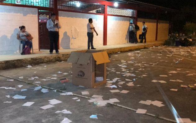 Alrededor de 800 manifestantes saltaron una pared del recinto electoral en Las Lajas, armados de piedras y palos para apoderarse de las urnas. Foto: Twitter @MachalaMovil