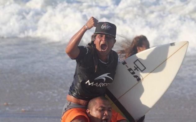 Luzimara Souza inició su trayectoria en el mundo del surf a los 10 años en la Asociación Deportiva Cultural Playa del Mero. Foto: Twitter.