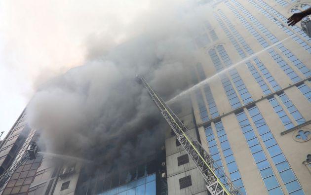 El siniestro se produce un mes después de que el pasado 20 de febrero se desatara un masivo incendio en el casco antiguo de Dacca que arrasó casi por completo 7 edificios. Fotos: Reuters.