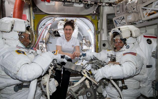 Esta fotografía de la NASA muestra a la astronauta de la NASA Christina Koch (C) ayudando a sus compañeros astronautas Nick Hague (L) y Anne McClain (R) en sus trajes espaciales de los EE. UU. Foto: AFP