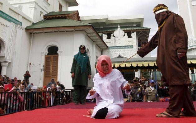 Elita, una joven universitaria, fue castigada en las puertas de la Mezuita Baiturrahumim, en la ciudad de Banda Aceh, por violar la sharia. Foto: Reuters.