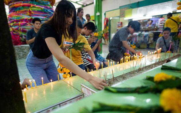 """Para las personas angustiadas por el servicio militar, el santuario de Ya Nak (""""Abuela Nak), en el templo Wat Mahbut, es una visita obligatoria. Fotos: AFP."""