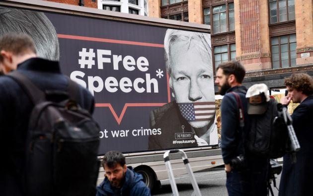 Algunos simpatizantes del periodista se concentraron en el exterior de la Embajada con pancartas de apoyo. Foto: AFP