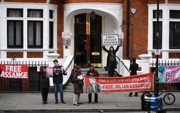"""La Cancillería informó que ha efectuado """"importantes gastos para costear su estadía en la Embajada (en Londres), que ha soportado sus groserías"""". Foto: AFP"""