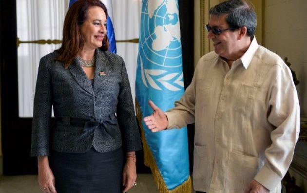 La presidenta de la Asamblea General de las Naciones Unidas, María Fernanda Espinosa, es recibida por el ministro de Relaciones Exteriores de Cuba, Bruno Rodríguez, en el Ministerio de Relaciones Exteriores de La Habana. Foto: AFP