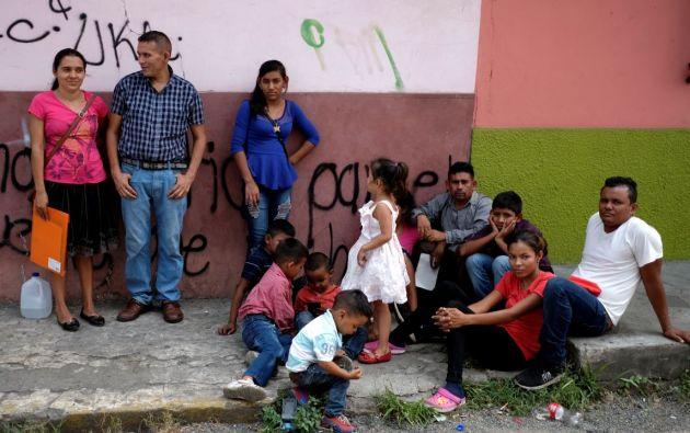 Una familia de Honduras espera afuera de la Comisión Mexicana de Asistencia a Refugiados (COMAR) para arreglar sus documentos. Foto: Reuters.
