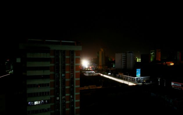 Varios estados de Venezuela continuaban este miércoles sin luz, tras un nuevo apagón masivo. Foto: Reuters.